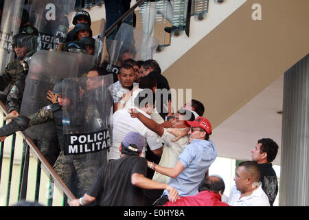 Tegucigalpa, Honduras. 13th May, 2014. Police elements and supporters of the former Honduran President Manuel Zelaya clash in front of the National Congress in Tegucigalpa, Honduras, on May 13, 2014. Followers and deputies of the Liberty and Refoundation Party (Libre, for its acronym in Spanish), the second political force in Honduras, broke in the National Congress on Tuesday, after clashing with police elements that guarded the Legislative Palace. Credit:  Rafael Ochoa/Xinhua/Alamy Live News