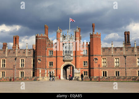 Hampton Court, England, UK. 14th May 2014. It was a warm and sunny day across the UK. Here the Union Flag flies - Stock Photo