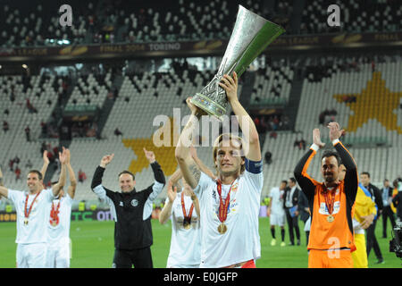 Naples, Italy. 14th May, 2014. Sivilia's players celebrate with the trophy at the end of the UEFA Europa League - Stock Photo