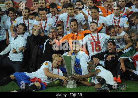 Turin, Italy. 14th May, 2014. Sivilia's players celebrate with the trophy at the end of the UEFA Europa League final - Stock Photo