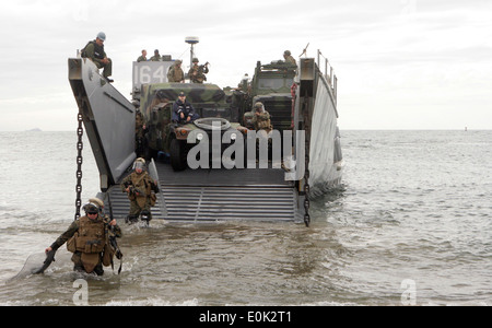 081207-M-5633L-002 VENTURA, Calif. (Dec. 7, 2008) Marines assigned to Bravo Company, 1st Battalion, 13th Marine - Stock Photo