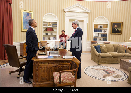 US President Barack Obama talks with Secretary of State John Kerry and National Security Advisor Susan E. Rice in - Stock Photo