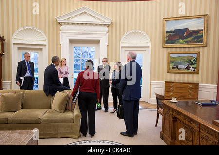 US President Barack Obama talks with, from left: Chief of Staff Denis McDonough; Kathryn Ruemmler, Counsel to the - Stock Photo