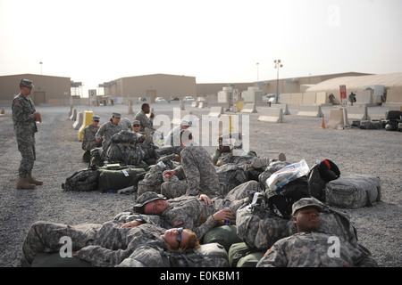 18 U.S. Army Soldiers from the 824th Quartermaster Company, Detachment 8 stationed at Fort Bragg, N.C. find a comfortable - Stock Photo