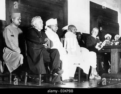 Mahatma Gandhi addressing the audience at the Friends Meeting House in Euston, London - Stock Photo