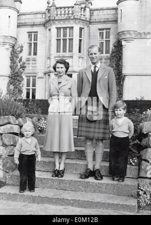 Queen Elizabeth II with her family in front of Balmoral Castle - Stock Photo