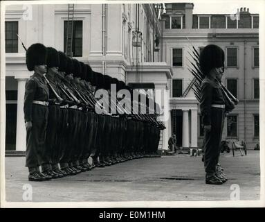 Apr. 04, 1953 - Grenadier Guards Rehearse In Khaki And Bearskins. Grenadier guards were to be seen at Wellington - Stock Photo
