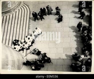 May 19, 1953 - Beating the bounds of the Savoy Liberty. From the East Stern of Waterloo Bridge. The traditional - Stock Photo
