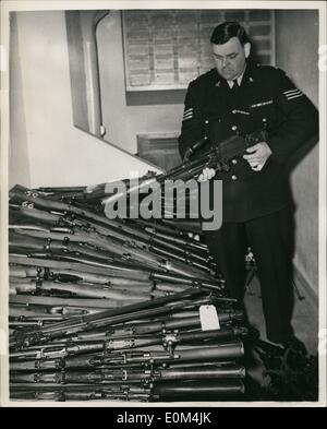 Jul. 07, 1953 - 100 army guns seized in van. In centre of Market town 28 miles from London.: More than 100 guns - Stock Photo