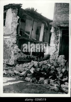 Aug. 08, 1953 - 400 Killed in Greek Earthquake. At least 400 people have been killed and hundreds injured in three - Stock Photo