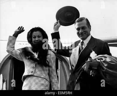Actor Laurence Olivier and wife Vivien Leigh arrive in Paris - Stock Photo