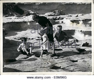 Apr. 04, 1954 - Royal Children in Malta: Lady Mountbatten lends a steadying hand as Princess Anne probes a tempting - Stock Photo
