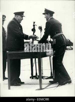 Sep. 09, 1954 - Sir Winston Churchill presents trophy: The Prime Minister, Sir Winston Churchill, Honorary Air Commodore - Stock Photo