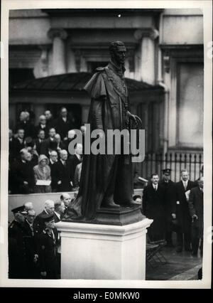 Oct. 10, 1955 - Queen Uneils memorial to her father. Crowds filing past king George VI Statue.: H.M. The Queen this morning - in the presence of other members of the Royal Family - unveiled the statue to her father King George VI - in Carlton Gardens. Photo shows View of the memorial - after the unvelling ceremony at Carlton Gardens this morning.