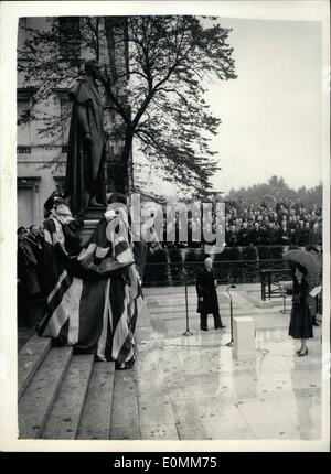 Oct. 10, 1955 - Queen unveils statue to her father - King George VI. Ceremony in Carlton Gardens.: H.M. The Queen this morning performed the ceremony of unveiling the statue to her father King George VI - in Carlton Gardens. The ceremony was attended by other members of the Royal family including the Queen Mother; Princess Margaret - Duke of Edinburgh; Duke and Duchess of Gloucester; duchess and Princess Margaret of Kent. Photo shows the scene as the Queen performs the ceremony in Carlton gardens this morning. Standing behind can be seen the Archbishop of Canterbury - and other officials.