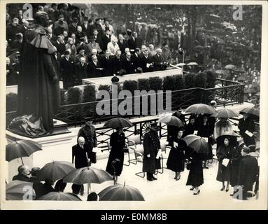 Oct. 21, 1955 - Queen unveils memorial to her father. Crowds filing past King George VI statue ? H.M. The Queen - Stock Photo