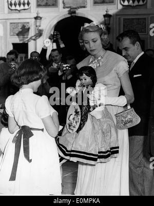 People outside the church before Prince Rainier and Grace Kelly's wedding - Stock Photo