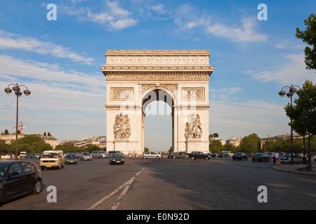 Arc de Triomphe an der Champs-Elysees, Paris, Frankreich - Arc de Triomphe at Champs-Elysees, France, Paris - Stock Photo
