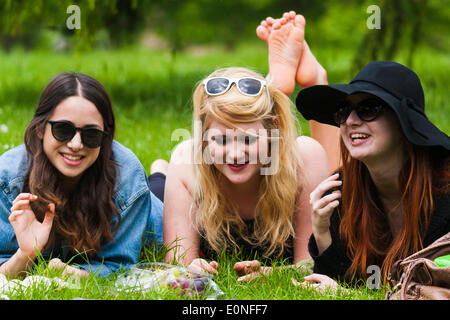 London, UK. 17th May 2014. Three students, Saphia, Billie and Bethan [checked,correct] take a break from their studies - Stock Photo