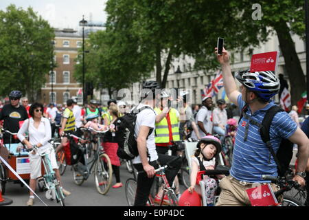 London, UK. 17th May, 2014. Thousands of cyclists ride from Marble Arch to Victoria embankment in London to protest - Stock Photo