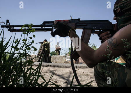 Sloviansk, Ukraine. 17th May, 2014. Pro-Russian militants guard a checkpoint outside Sloviansk, eastern Ukraine, - Stock Photo