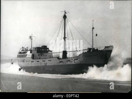 Feb. 02, 1957 - Captains courageous : A 700 ton dutch freight ship, the ''Breezand grounded in the Gulf of Gascony - Stock Photo