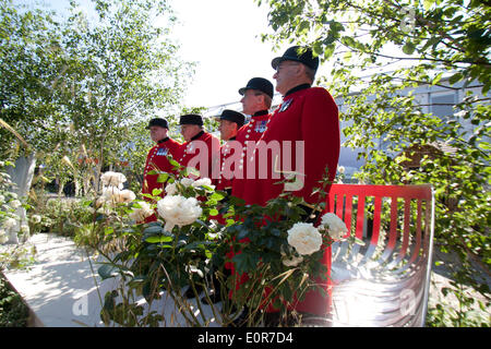 London UK. 19th May 2014. Chelsea pensioners relax on a specially designed bench during Press day at the RHS Chelsea - Stock Photo
