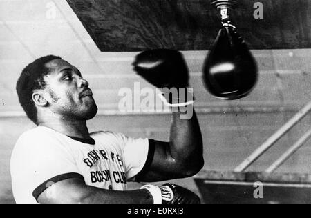 Boxer Smokin Joe Frazier working out with the punching bag - Stock Photo