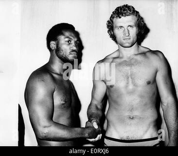 Boxers Smokin' Joe Frazier and Joe Bugner shake hands - Stock Photo