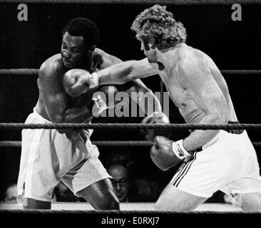 Smokin' Joe Frazier and Joe Bugner in a boxing match - Stock Photo