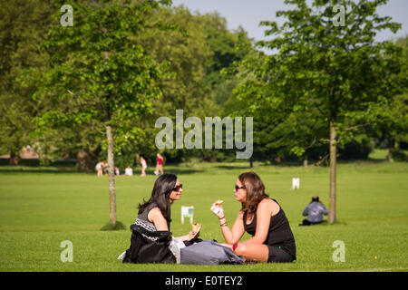 London, UK. 19th May 2014. London: Feeling the heat on hottest day of 2014 so far Credit:  Guy Corbishley/Alamy - Stock Photo