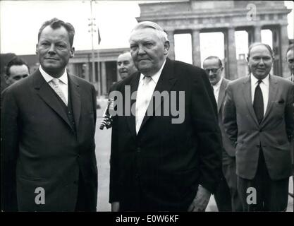 Aug. 08, 1961 - German Federal Minister of Economics visiting Berlin: Driving along the border between East and - Stock Photo