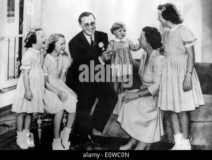 Queen Juliana, Prince Bernhard and their daughters - Stock Photo