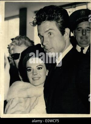 May 05, 1962 - Natalie Wood and Warren Beatty arrive in London for Premiere: US actor Warren Beatty arrived at London - Stock Photo