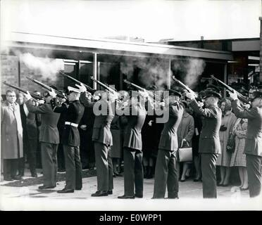 Nov. 11, 1963 - A SALUTE FOR THE PRESIDENT. While the funeral of PRESIDENT KENNEDY was taking place in Washington - Stock Photo