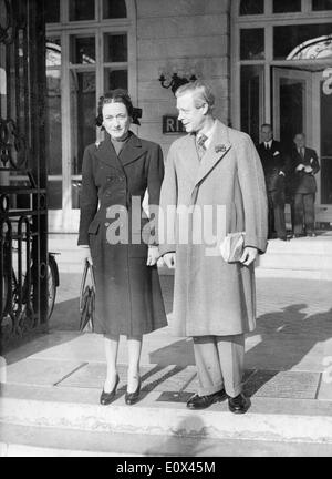Duke & Duchess Of Windsor in front of Ritz Hotel - Stock Photo
