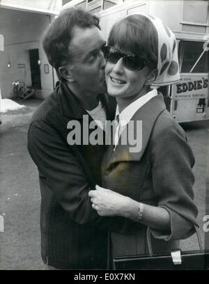Sep. 09, 1965 - A welcome kiss for Elspet. Actress Elspet Gray, injured in a car accident in Spain last mouth, flew - Stock Photo