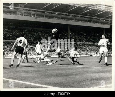 Jul. 23, 1966 - World Cup ? England defeat Argentine in quarter-final. Roma, the Argentine goalkeeper dark colours - Stock Photo