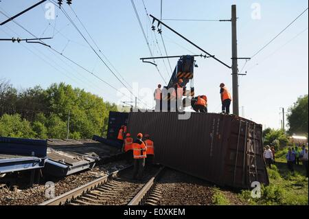 Naro-Fominsk, Moscow, Russia. 20th May, 2014.  Russian Emergency Ministry employees work at the site of a train - Stock Photo