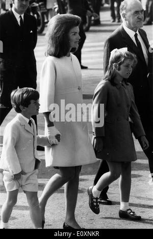 Jacqueline Kennedy and her children arriving in Ireland for a vacation - Stock Photo