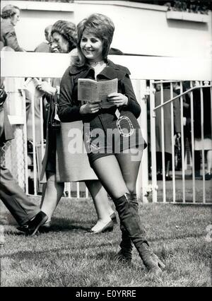 Apr. 20, 1971 - April 20th, 1971 Racing at Epsom. Lulu studies form. Keystone Photo Shows: One of the visitors to - Stock Photo