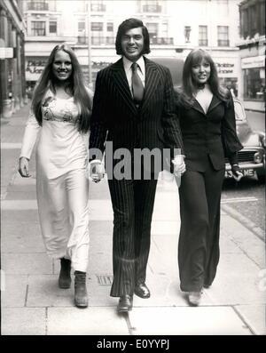 Dec. 12, 1971 - Humperdinck Signs With BBC-TV Thirteen Week Series For BBC-1: Engelbert Humperdinck, the popular - Stock Photo