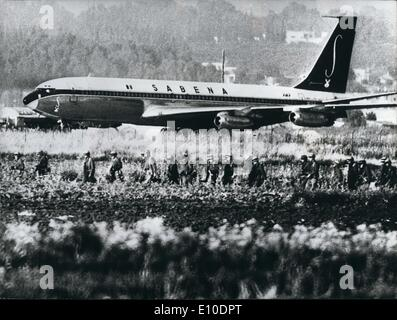 May 05, 1972 - Passengers Safe on Hijacked Plane : Israeli soldiers stormed four Arab commandos aboard the hijacked - Stock Photo