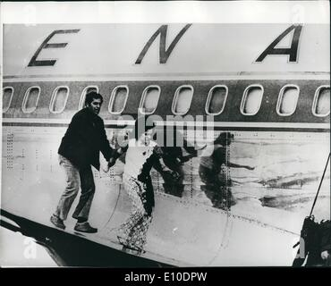 May 05, 1972 - Passengers Safe on Hijacked Plane : Israeli soldiers stormed four Arab commandos aboard the hi-jacked - Stock Photo