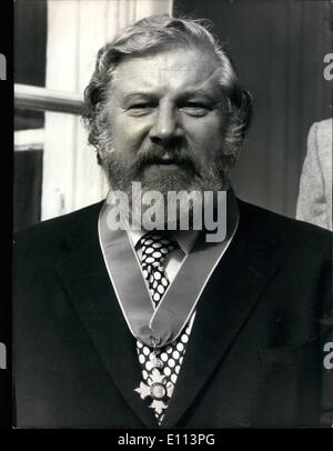 Oct. 10, 1975 - Edward Tomkins, England's ambassador in Paris, presented Ustinov with the award. The ceremony was - Stock Photo