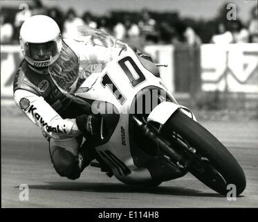 Aug. 08, 1975 - Barry Sheene takes The 750 cc title At Silverstone: Barry Sheene, 24, swept to victory in the john - Stock Photo
