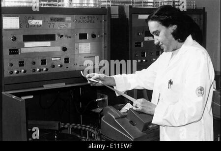 Oct 05, 1977; New York, NY, USA; Member of the Bronx Veterans Hospital, Dr. ROSALYN S. YALOW, 1977 Nobel Prize of - Stock Photo