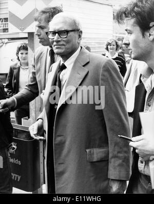 Actor LAURENCE OLIVIER seen arriving for the memorial service for Peter Sellers at St. Martin-in-the Fields. - Stock Photo