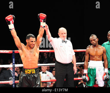 Leeds, UK. 21st May, 2014. Kal Yafai is declared the winner as opponent Yaqub Kareem looks dejected following their - Stock Photo