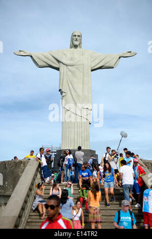 Christ the Redeemer statue, Cristo Redentor, and tourists on Corcovado Mountain, Rio de Janeiro, Rio de Janeiro - Stock Photo